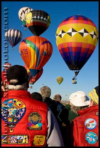 onlookers watch the key grab at the Balloon Fiesta